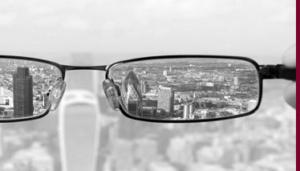 Brille mit Blick auf Großstadt