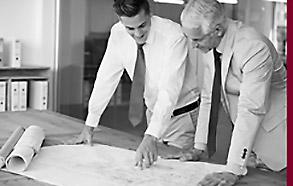 Zwei Männer besprechen sich zu Bauplänen