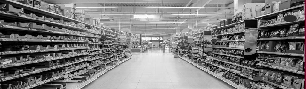 Gefüllte Regale in einem Supermarkt