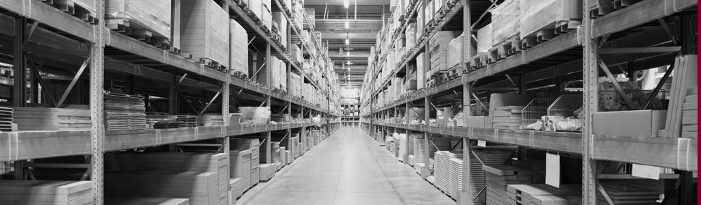 Regale gefüllt mit Ware in Lagerhalle