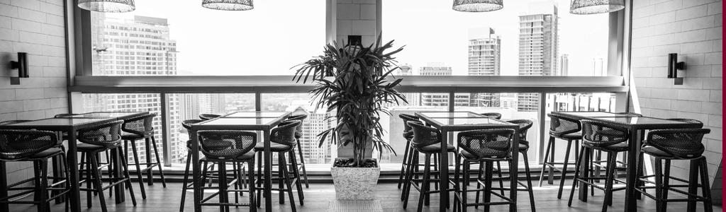 Tische in einem Gastronomiebetrieb