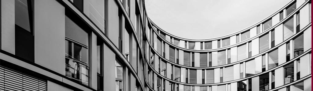 Geschwungene Architektur eines Bürogebäudes