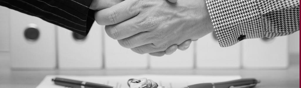 Handschlag bei Vertragsunterzeichnung