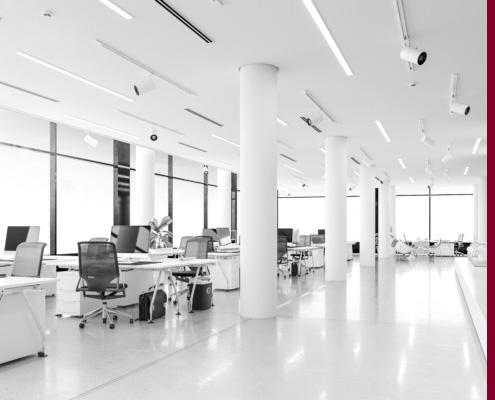 Großraumbüro mit moderner Einrichtung