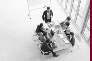 Menschen sitzen am Tisch im Businessmeeting